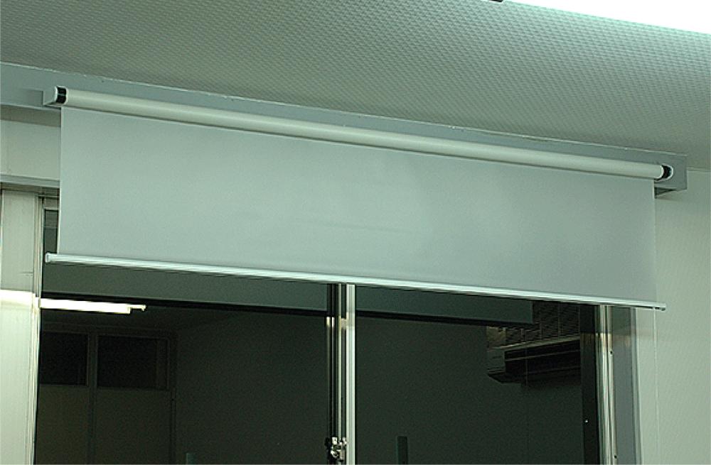 リア投影ロール巻上げ式の使用例